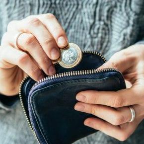 Как мужчины отнимают деньги у женщин