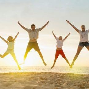 Ученые утверждают, что для счастья нужны друзья и здоровье, а не деньги