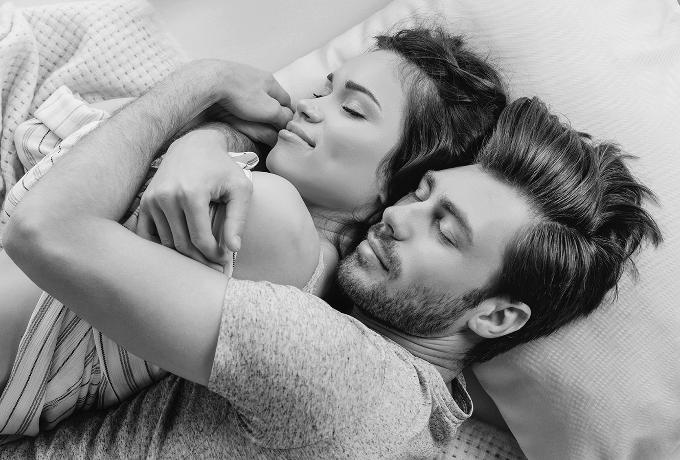 Ученые рассказывают о 10 преимуществах для вашего здоровья, которые дает вам сон рядом с любимым человеком