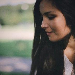 Девушку, привыкшую к одиночеству, любить нелегко, но эти отношения стоят усилий