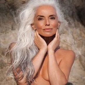 63-летняя модель разрушает мифы о старении: секрет красоты не в возрасте, а в радости жизни